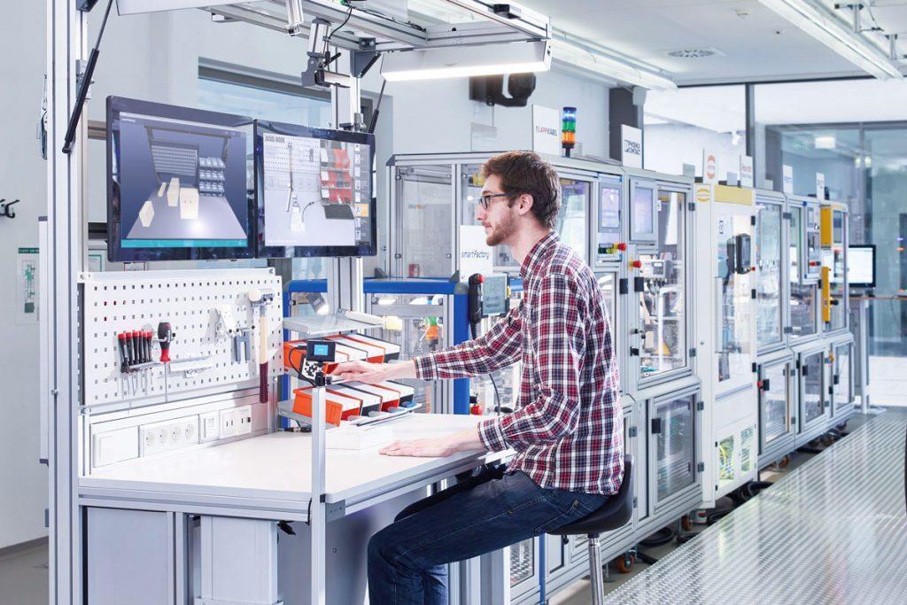 Neue Technologien im Einsatz am Handarbeitsplatz der Industrie 4.0-Produktionsanlage